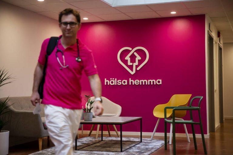 Fabian Ruben gåendes mot kamera med Hälsa Hemma logga i bakgrunden