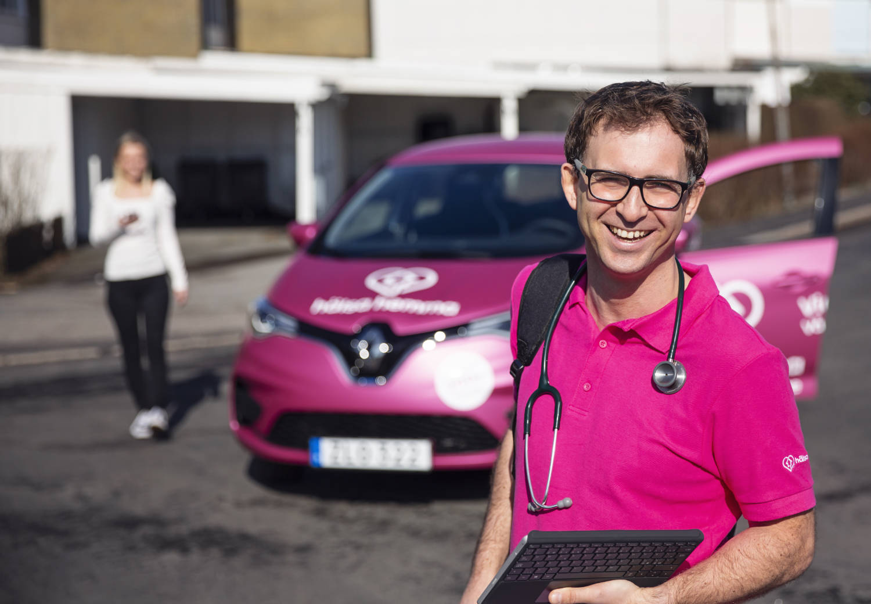 Fabian Ruben med Hälsa Hemma bilen i bakgrunden